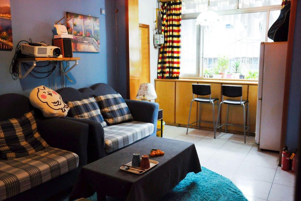 温馨的客厅,有投影,可以一起看电影,做沙龙。还有一个小吧台,可以喝茶,发呆。