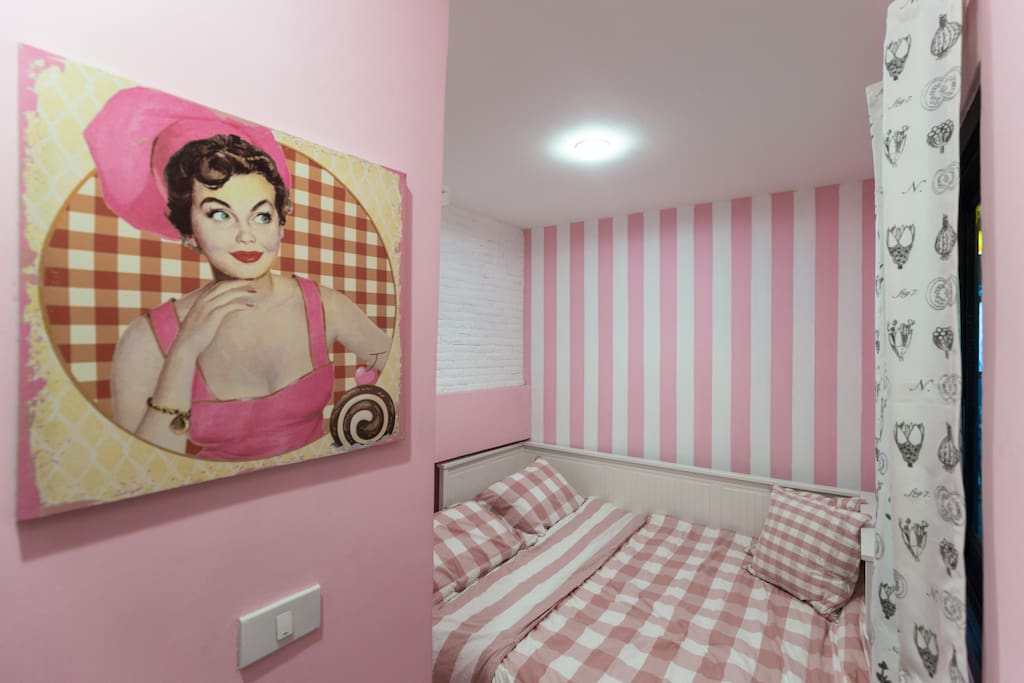 Pink Room 1 bed Queen size for 2 people