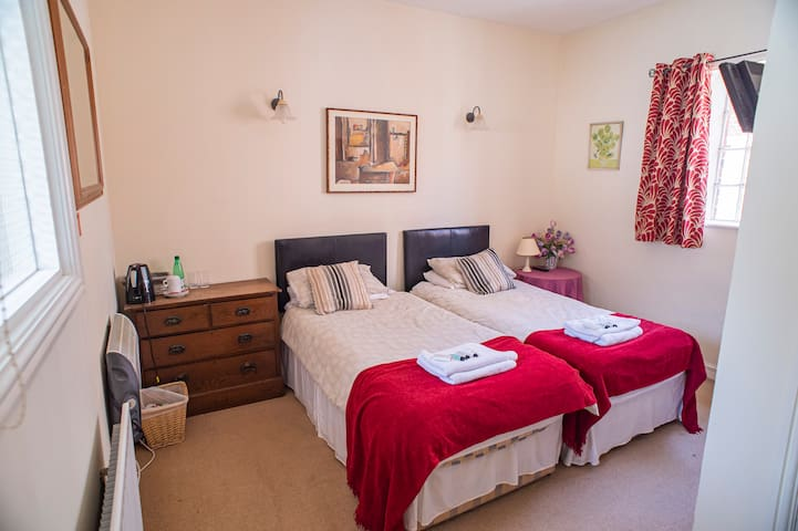 Spacious Twin Room with Ensuite - The Bull Inn