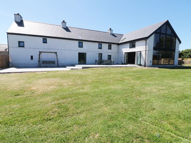 NEUADD, family friendly, with open fire in Llanerchymedd, Ref 984987