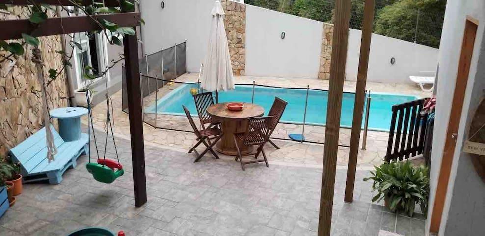 Casa confortável e vibe Em condomínio com piscina
