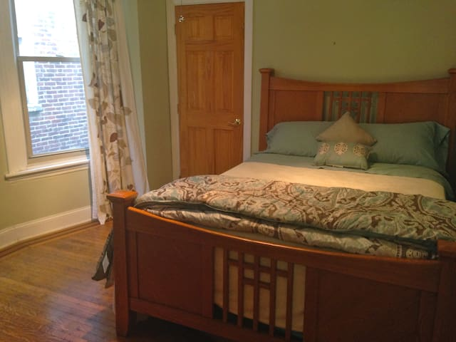 Queen Getaway in University City:  Solar-Powered - Philadelphia - Bed & Breakfast