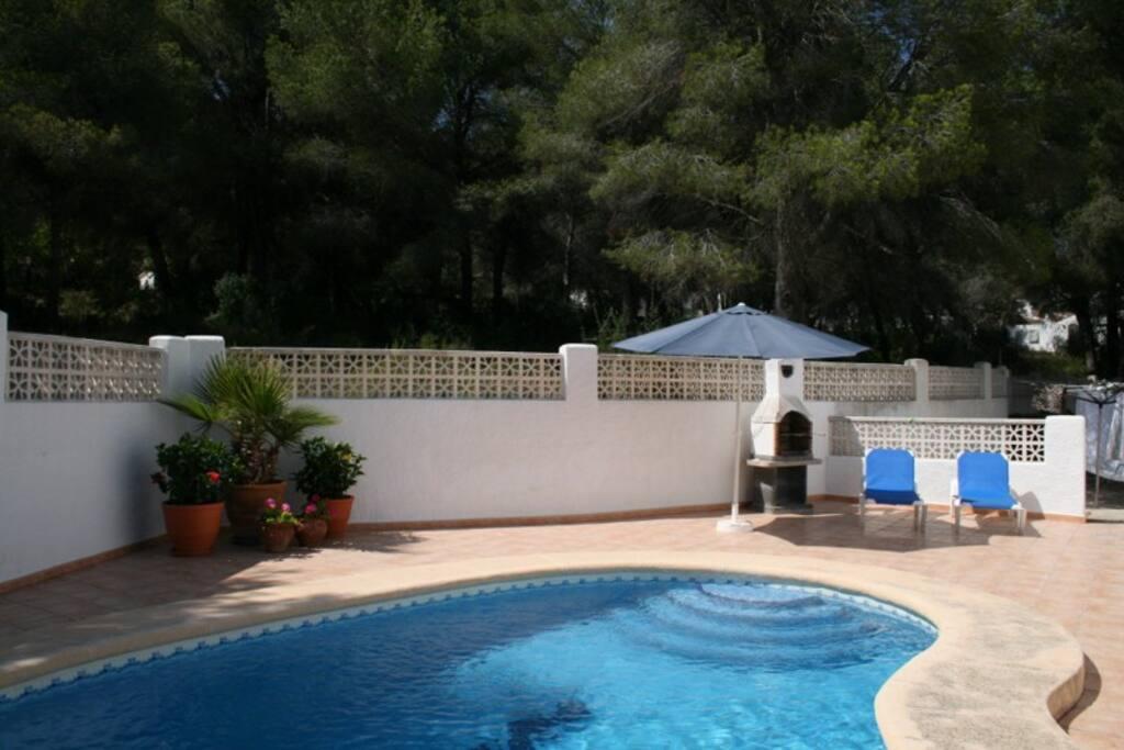 Privé zwembad met groot terras en BBQ.