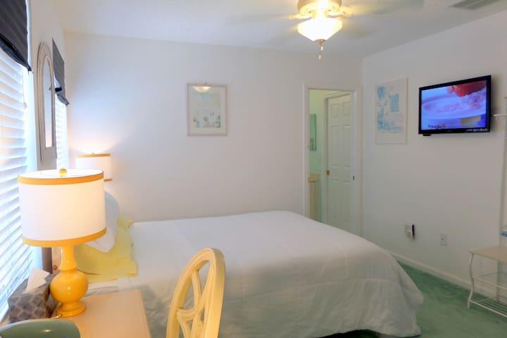 Queen bed with en suite bathroom