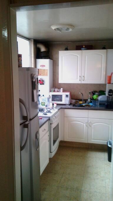 cocina equipada para refrigerar alimentos y preparar platillos