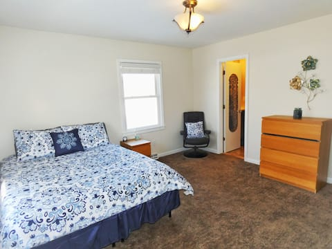 Private Suite Minutes Away From Grand Park.