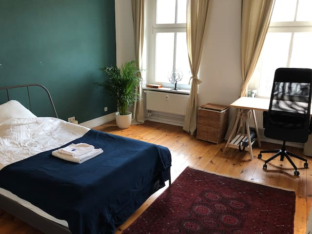 Spacious room in cozy apartment in Berlin Mitte