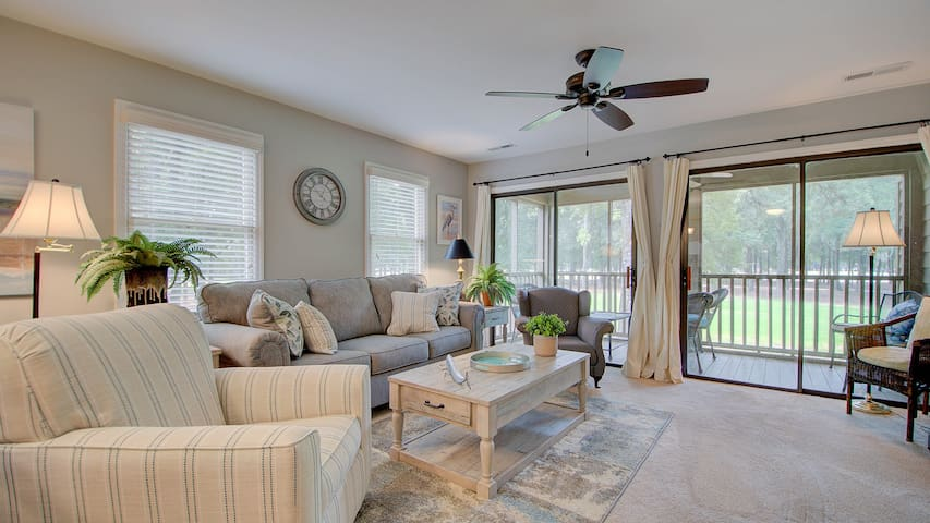 Come relax in the Billy Baroo Condo- 1 hour from Charleston