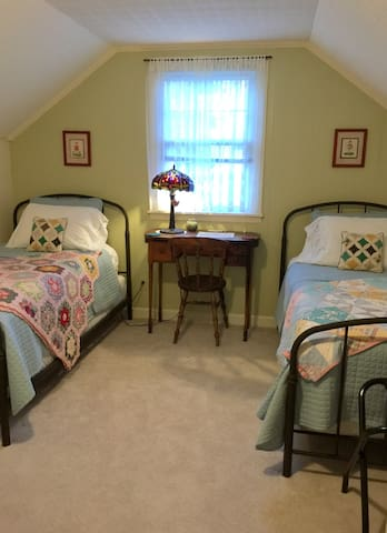 Charming Twin Bedroom 1.6 Mi to Wake Forest Univ.