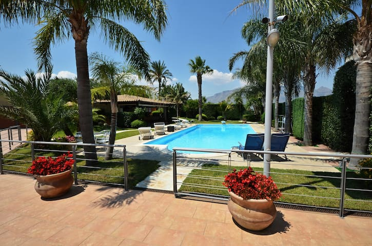 Villa Palme for 12 People, Fabulous Pool, Garden. - Alcamo