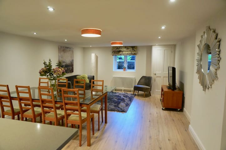 Exceptional 2 Bedroom Basement Flat in Cheadle