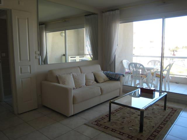 Living room, open on loggia / Sejour ouvert sur la loggia