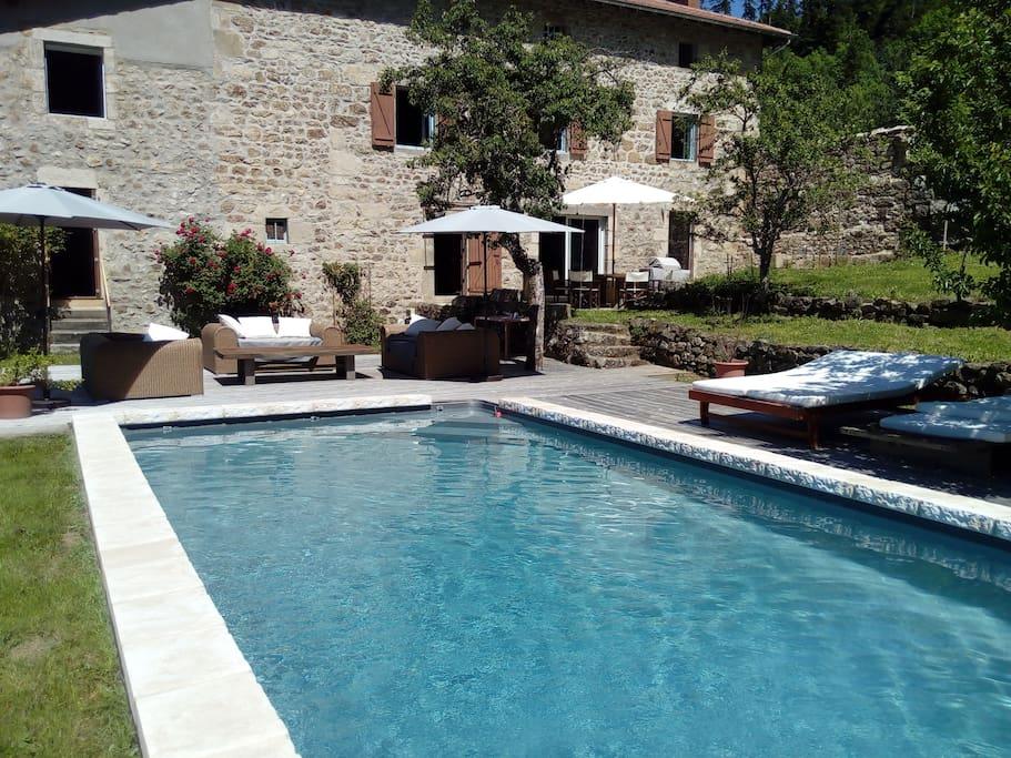 Chambre dans maison en pierres avec piscine locations - Location auvergne piscine ...