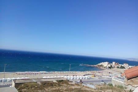 F2 avec terrasse et vue sur mer