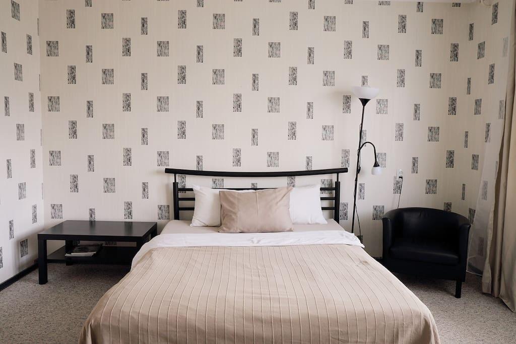Двуспальная кровать в спальне/гостиной
