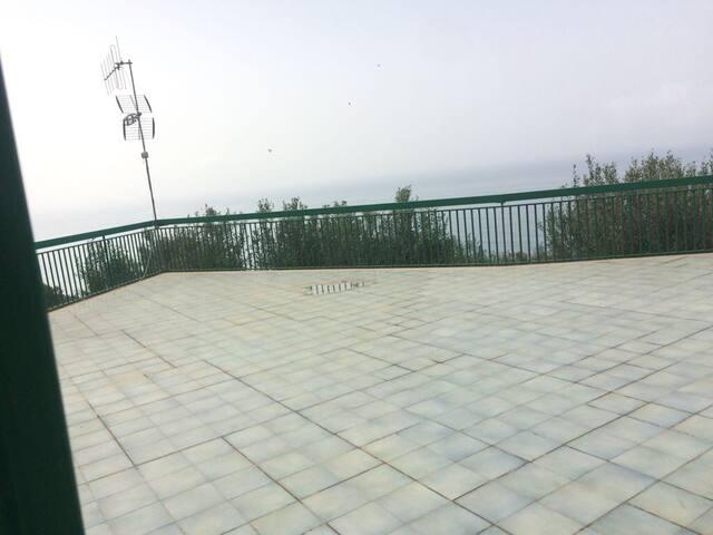 Terrazzo immerso nel verde a Marina Campagna