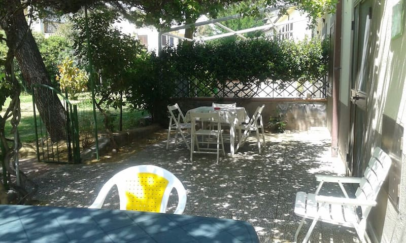 Casa con giardino a 50 mt dal mare - Borgata Marina - อพาร์ทเมนท์