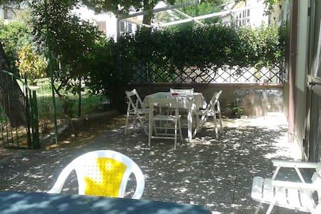 Casa con giardino a 50 mt dal mare - Borgata Marina - Wohnung