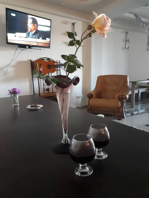 Гостей встречаем с Домашним вином!