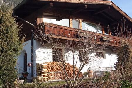 Gemütliche Wohnung im Tiroler Baustil
