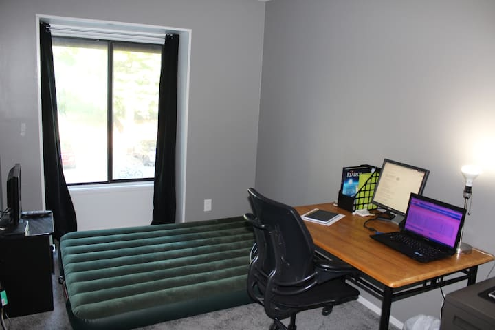 Room & desk /30min drive to DC/ Metro Accessible