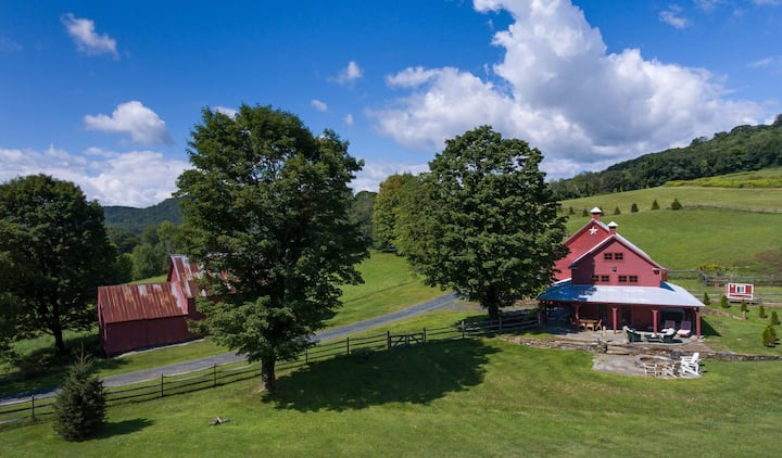 1 Bedroom Bungalow in Renovated Rustic Red Barn & Hot Tub