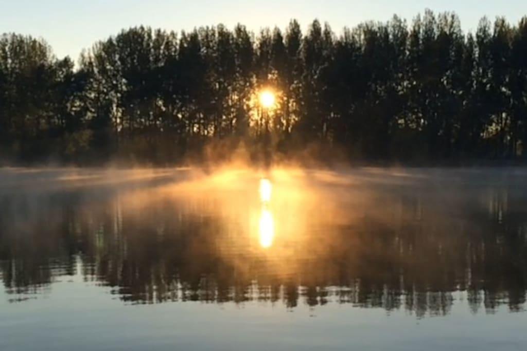 Рассвет на Волге осенью