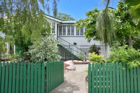 Welcome to our Beautiful Queenslander! - Casa