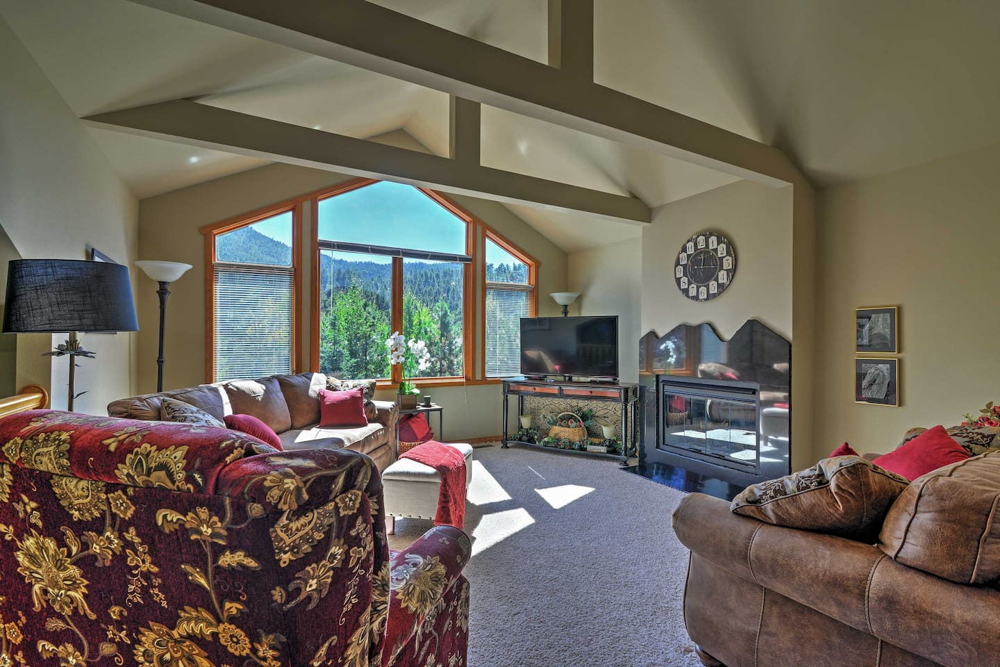 A mesmerizing mountain escapade awaits you from this beautiful Estes Park vacation rental townhouse!