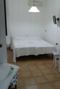 camera con bagno e angolo cottura - Favignana - House