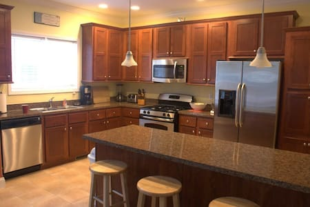 So-Heavenly North - 4BR, 3BA, sleeps 12+ - South Haven