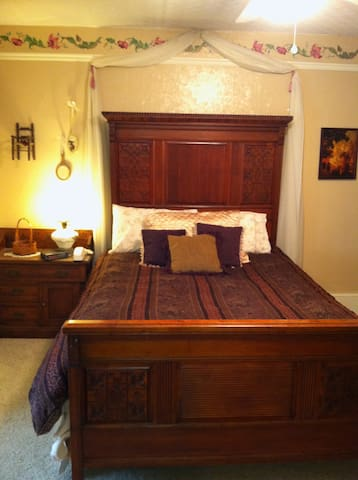 Pine Gables - Fawn Room Rental - Evanston - House