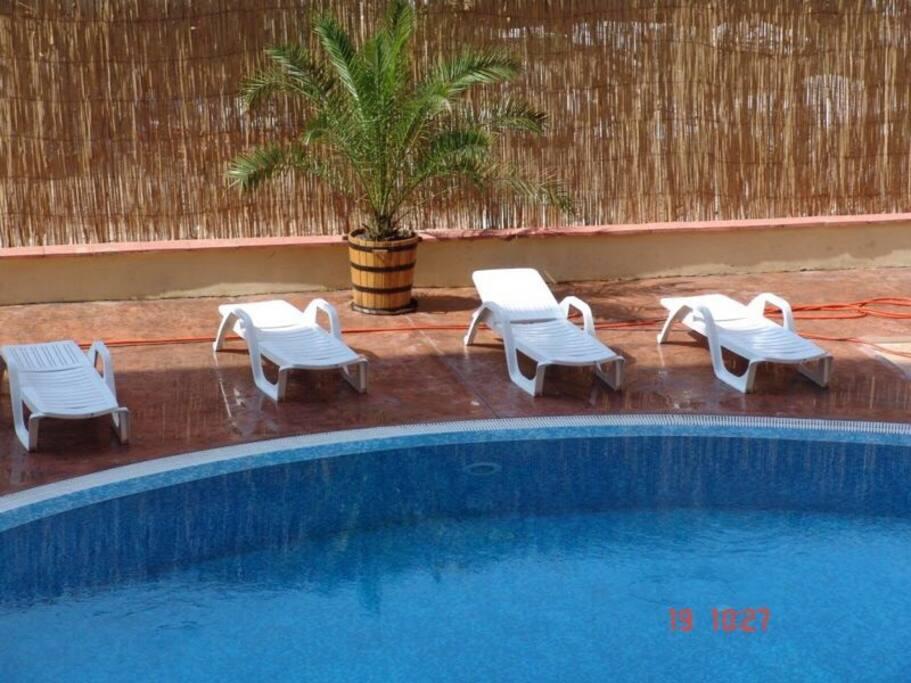 В доме свой бассейн с лежаками. Кроме того, студия расположена рядом с аквапарком. The house has a swimming pool with sun loungers. In addition, the studio is located next to the water park.