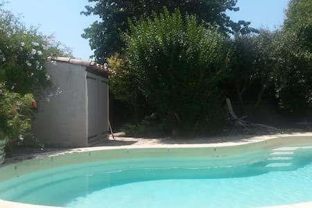 meublé pour 2 avec accès piscine (non chauffée) - Bessan