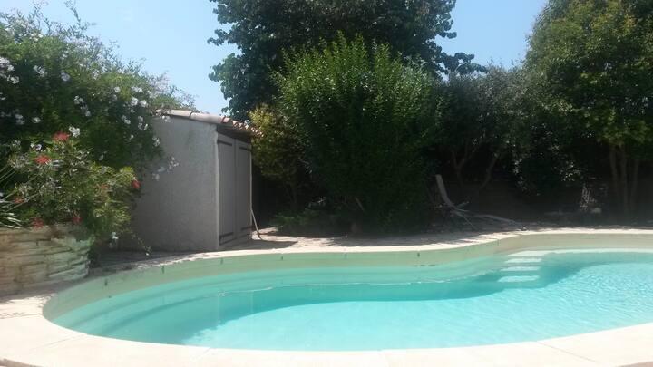 meublé avec accès piscine commune (non chauffée)
