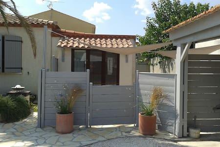 meublé pour 2 avec accès piscine - Bessan - Apartment