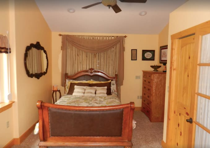 Moose Ridge: Master bedroom, Now with a King sized bed