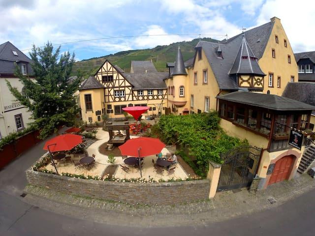 Westflügel im Weingut & Schloss F. v. Landenberg - Ediger-Eller - Şato