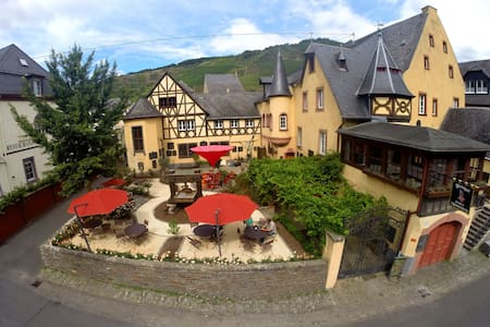 Westflügel im Weingut & Schloss F. v. Landenberg - Ediger-Eller - Castillo