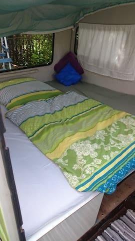 Bett im Wohnwagen