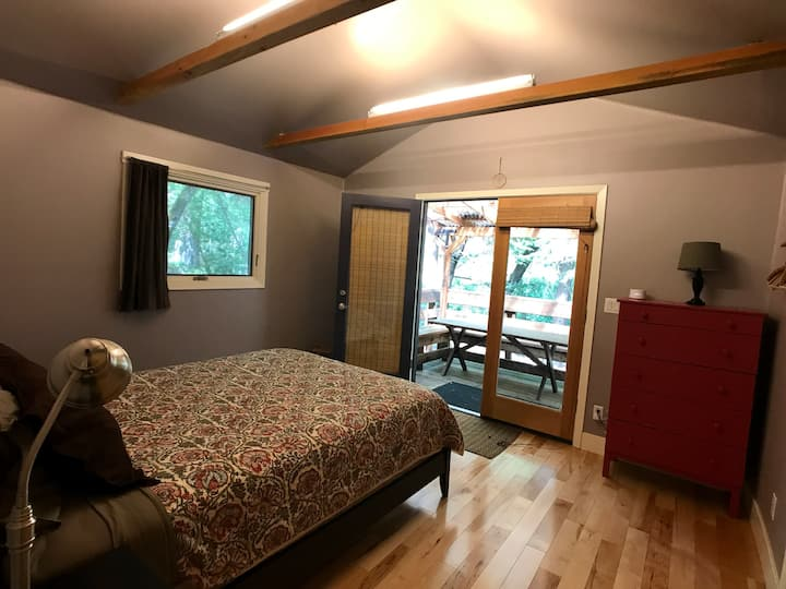 Big Leaf - Gorgeous Creekside Cottage in the Woods