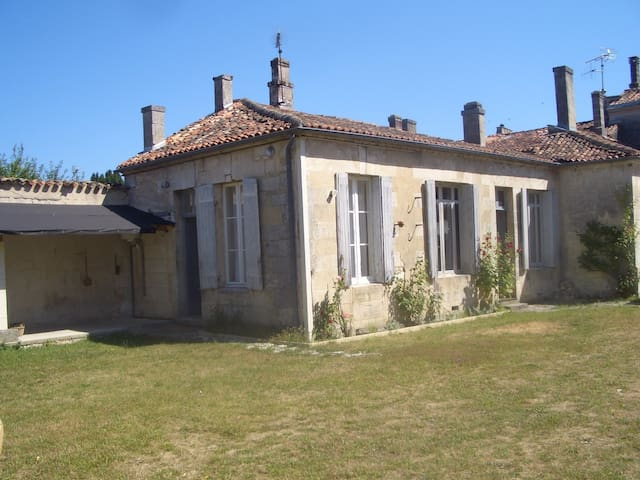 West Wing of an elegant townhouse - Châteauneuf-sur-Charente - House