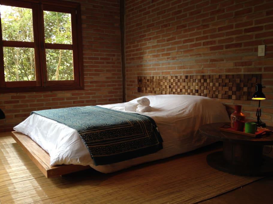 Suíte com cama QueenSize e varanda privativa com ofurô. Jogo de cama da M Martan.