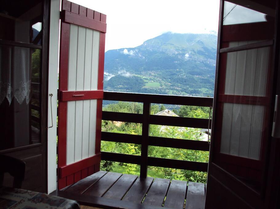 chambre et cuisine ont un balcon donnant sur la chaine des Aravis et les aiguilles de Warrens