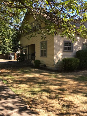 BEST Value - Apt Living Room Near Downtown Eugene