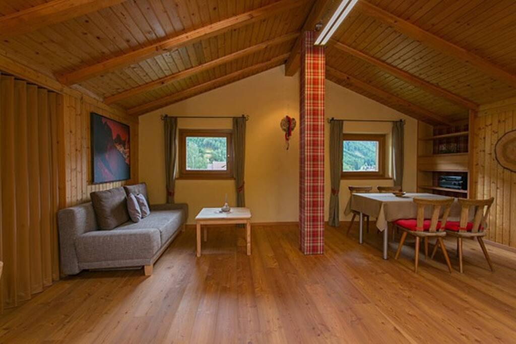 """hoher Wohnraum in Holz und fantastischem Ausblick auf die Dolomitenberge """"Geisler"""" und das Bergdörfchen St. Peter Villnöss"""