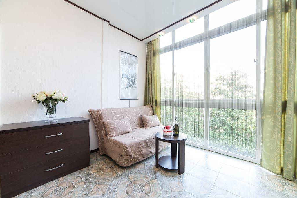 Двуспальный диван, столик и комод