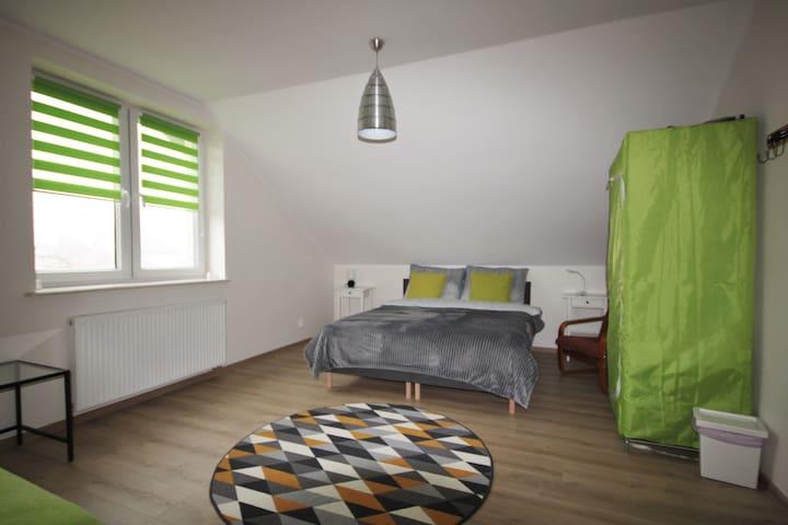 """Pokój """"zielony"""". Trzy łóżka jednoosobowe z możliwością zsunięcia dwóch w ogromne łoże małżeńskie.  W tym pokoju zazwyczaj dostawiamy materac dmuchany."""