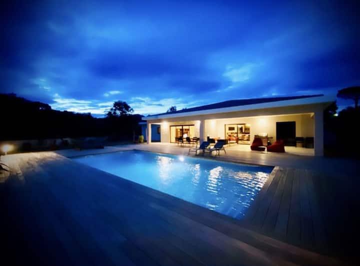 Villa contemporaine avec piscine à 5 mn de la mer