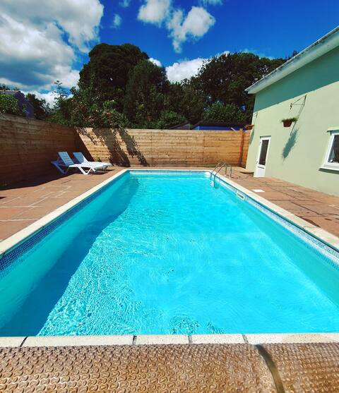 Cosy and modern with private outdoor heated pool